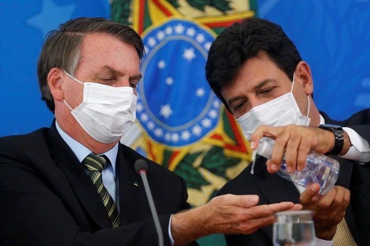 Bolsonaro quiso echar a su ministro de Salud (juntos en la foto) pero mandos militares no le permitieron.