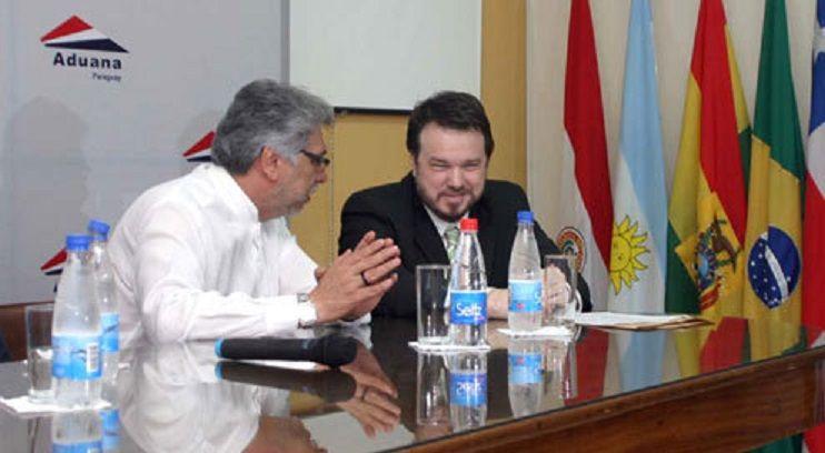 Javier Contreras con el presidente Lugo, cuando estaba el frente de Aduanas. Luego lo obligó a renunciar. Dalia López pidió su cabeza, dijo el informante.