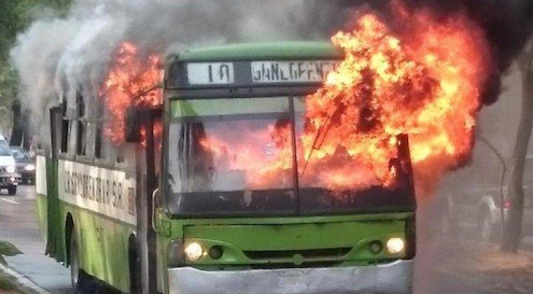 """Está que """"arde"""" la situación del transporte público. Choferes y empresarios enfrentados."""