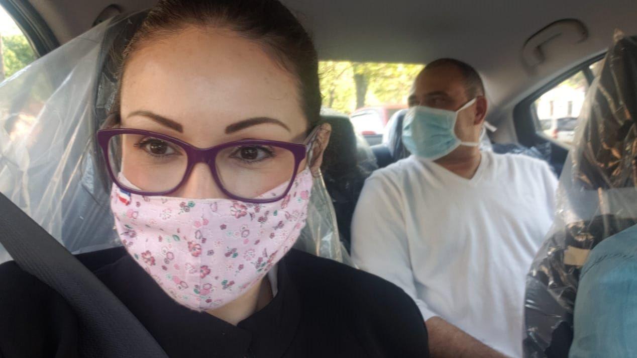 Nathalia Fretes abogada de Sousa Lira traslada a su cliente en su propio vehículo seguido por un fuerte contingente policial.