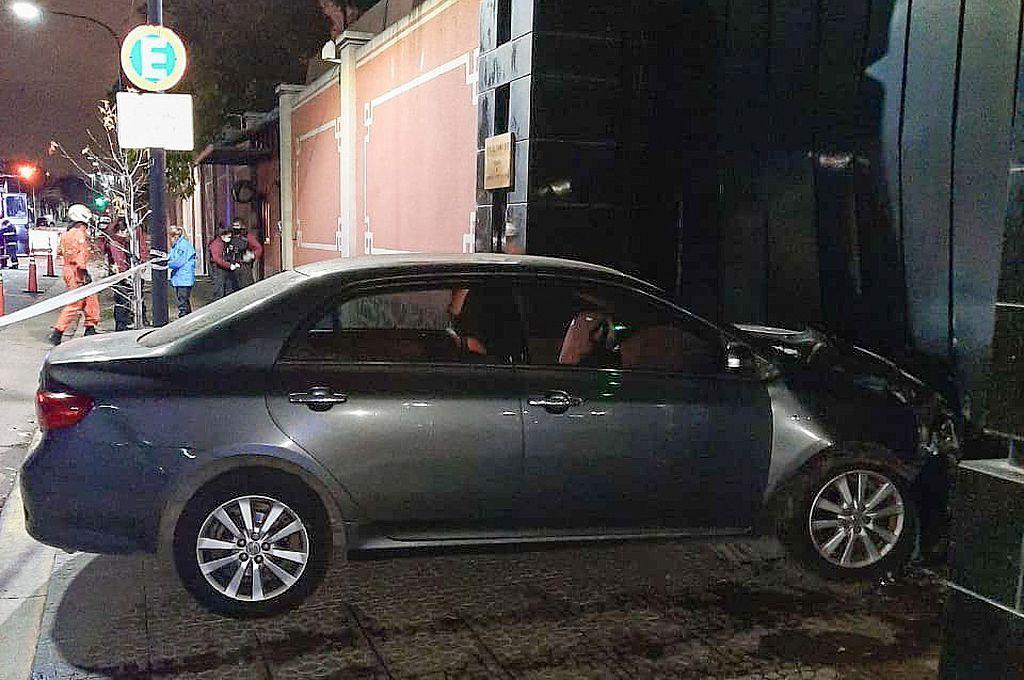 Así quedó el vehículo del chofer que intentó derribar el portón de la embajada China.
