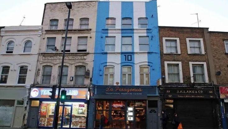 """El restaurante """"La Patagonia"""" en Londres con los colores argentinos y el 10 de Maradona."""
