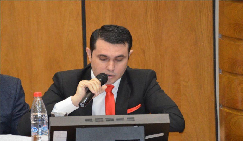 Al diputado Hernán Rivas le dificultó leer y quedó en evidencia.