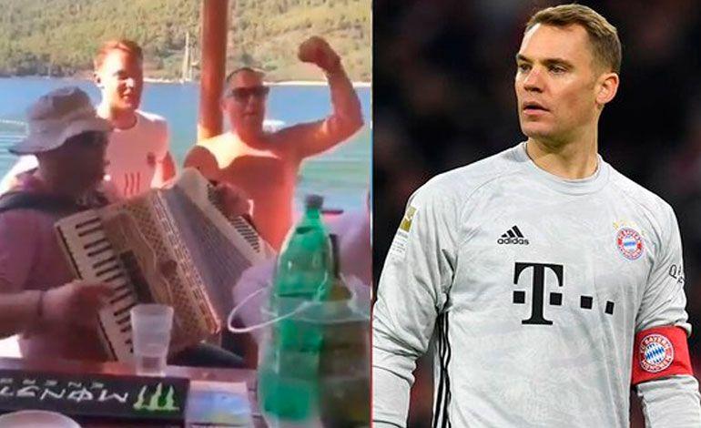 El futbolista Manuel Neuer hizo apología al fascismo con su canto.