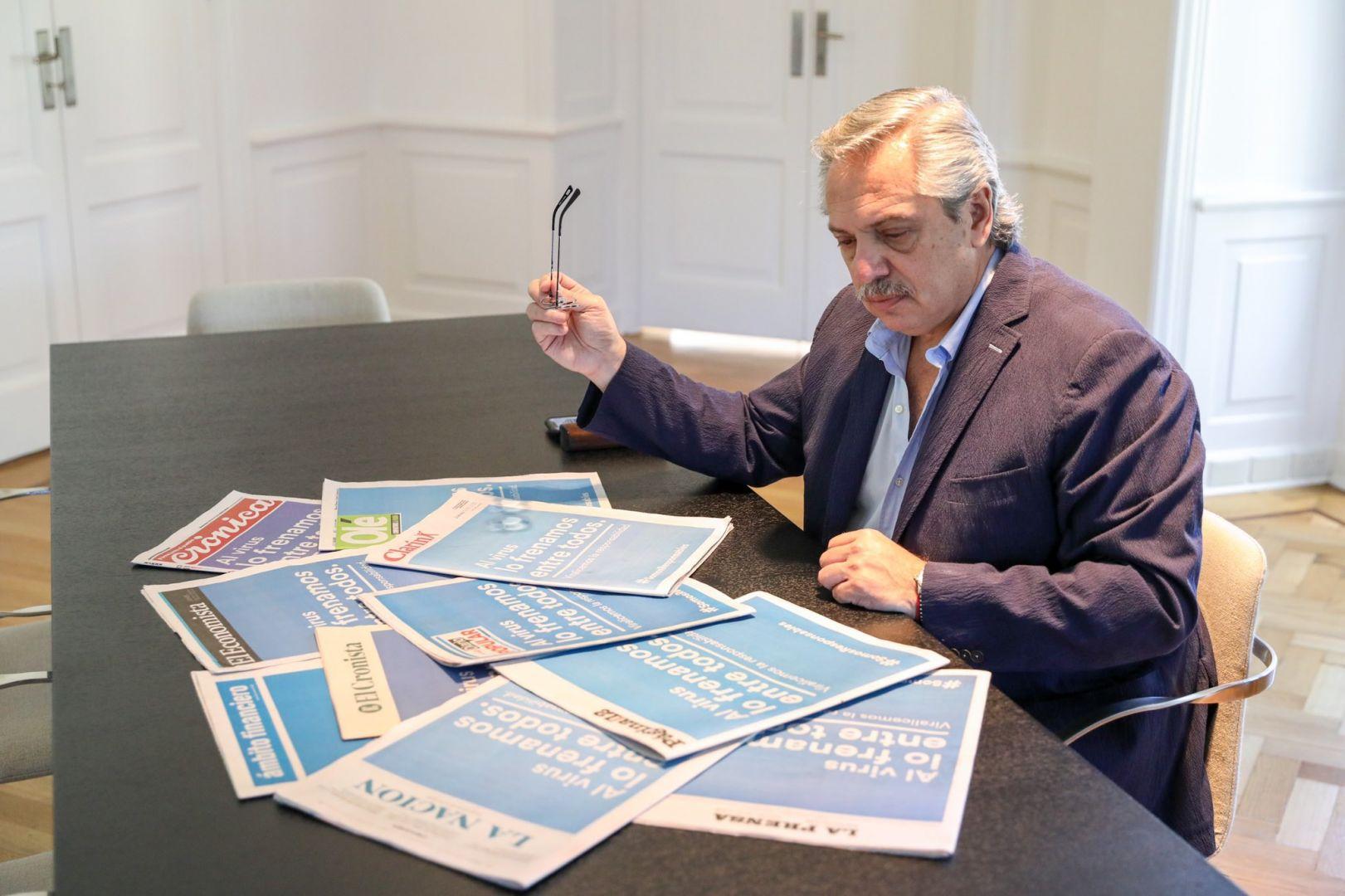 Ayer el presidente argentino viendo la portada de todos los diarios que se pusieron de acuerdo en la campaña de prevención