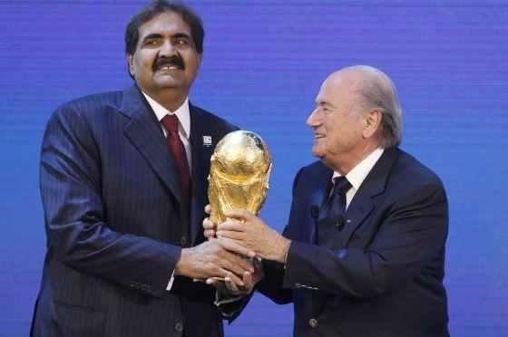 El primer ministro catarí, Hamad Al Thani, junto a Blatter, tras la designación de Catar 2022.