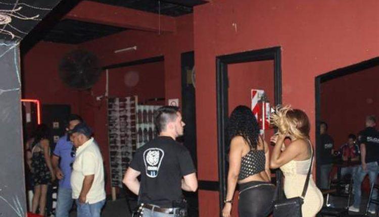 """Pasaron el """"Día del Amigo"""" en un prostíbulo. La policía interrumpió la fiesta y clausuraron el local."""