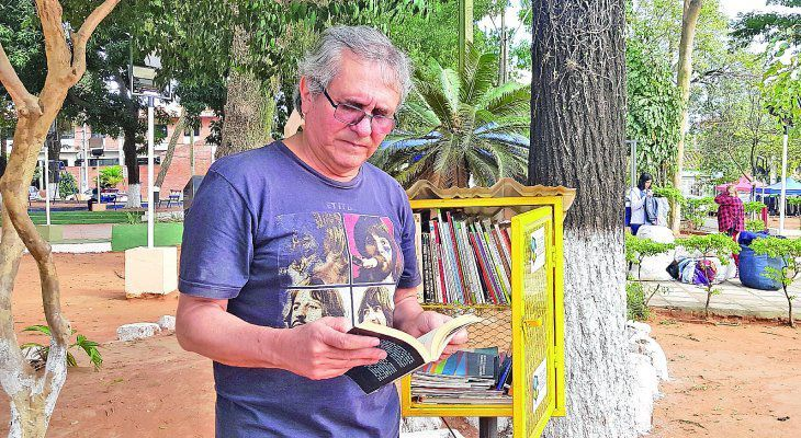 El escritor Aníbal Barreto emprendió las bibliotecas callejeras. Hoy es éxito en muchas ciudades del país.