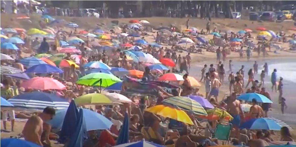Los bañistas no respetan la distancia en la playa de Menorca, España.