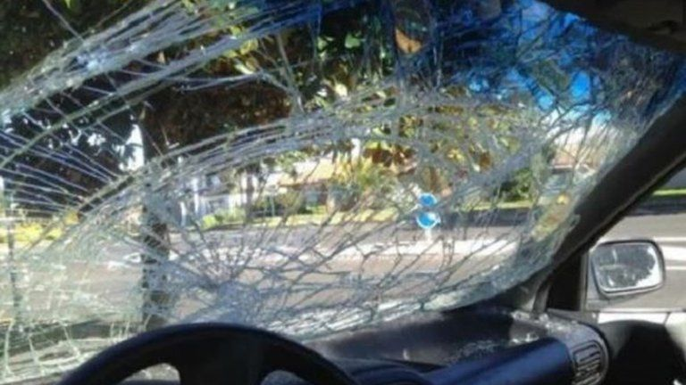 El parabrisas del auto quedó destrozado por la joven que no aguantó que le agredan.