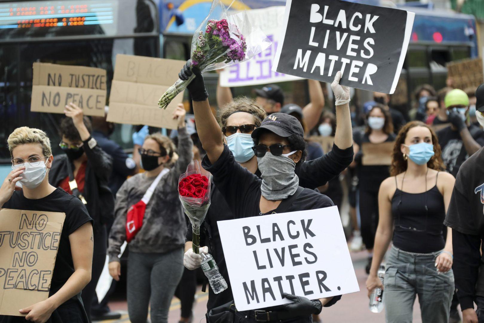 Las vidas negras importan es el grito de manifestantes en Portland donde hay un muerto.