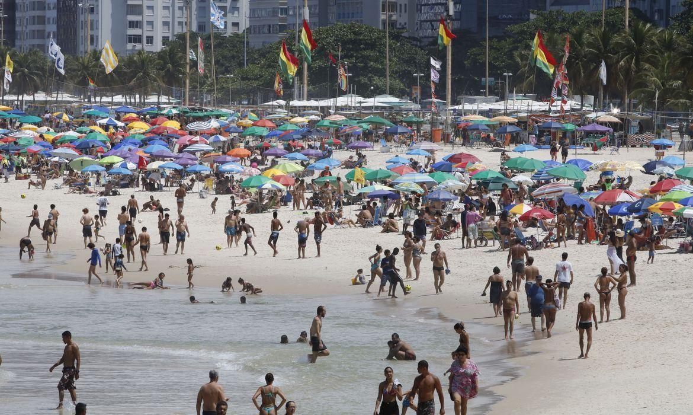 Como si el coronavirus no existiese en Río de Janeiro se aglomeran en las playas.