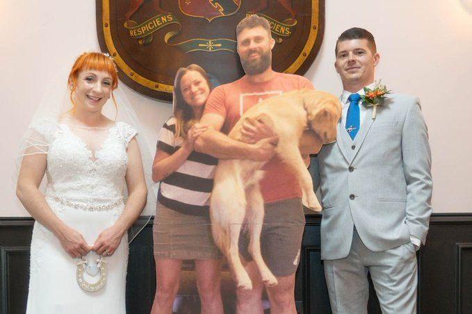 Nadie pudo ir a su boda pero la fiesta se llenó de invitados de cartón.