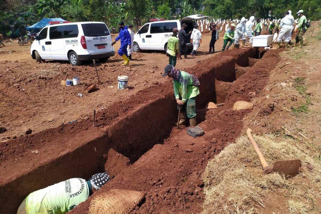 Cavar tumbas fue el castigo por no usar tapabocas.