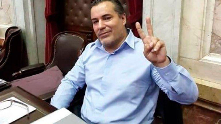 El diputado Juan Ameri se hizo viral por besar los pechos de una mujer en plena sesión virtual.