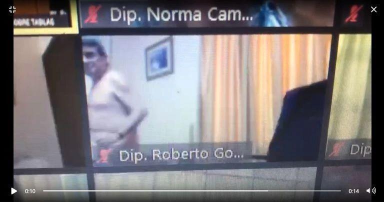 """El diputado Roberto González se """"robó """" el protagonismo por sesionar desnudo."""