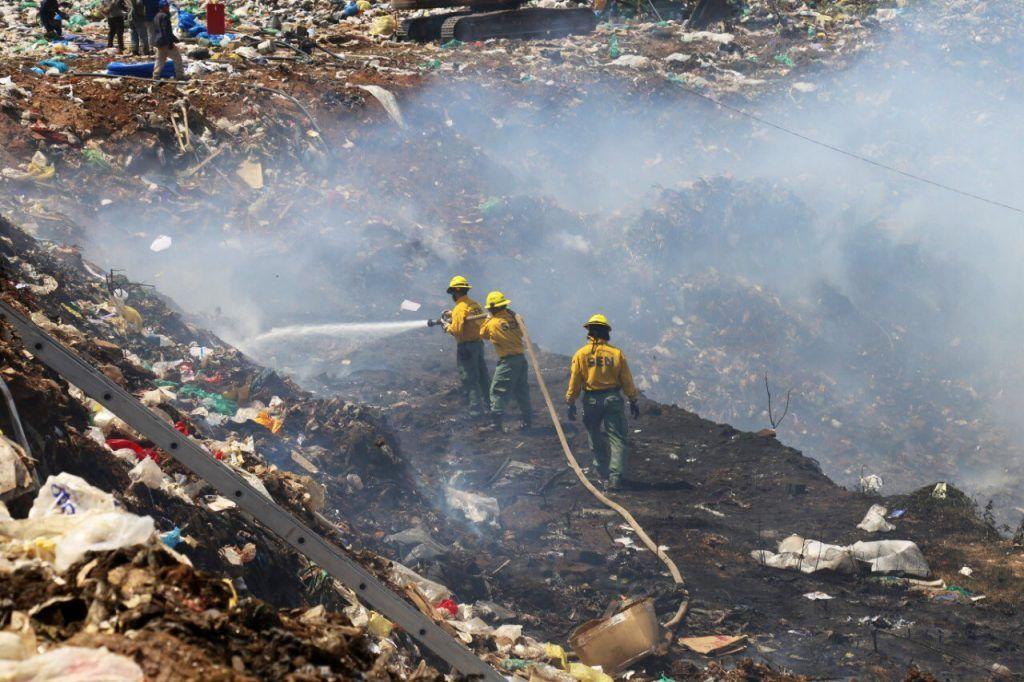 Desidia total de las autoridades en Cateura. Los incendios y líquidos contaminantes son un peligro real.