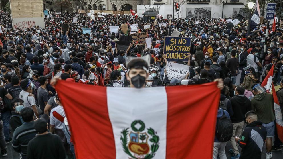 Miles de peruanos salieron a las calles a protestar tras la destitución del expresidente Martín Vizcarra.