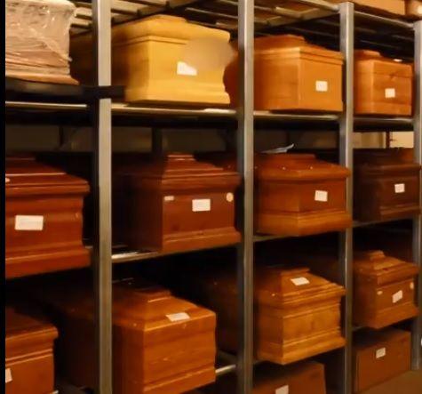 Los cajones de muertos que esperan encontrar cementerios disponibles en la zona norte de Italia.