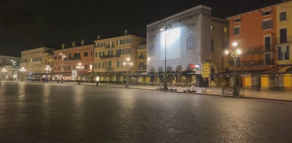 Calle solitaria de Verona a causa del coronavirus. Italia es el país más golpeado.