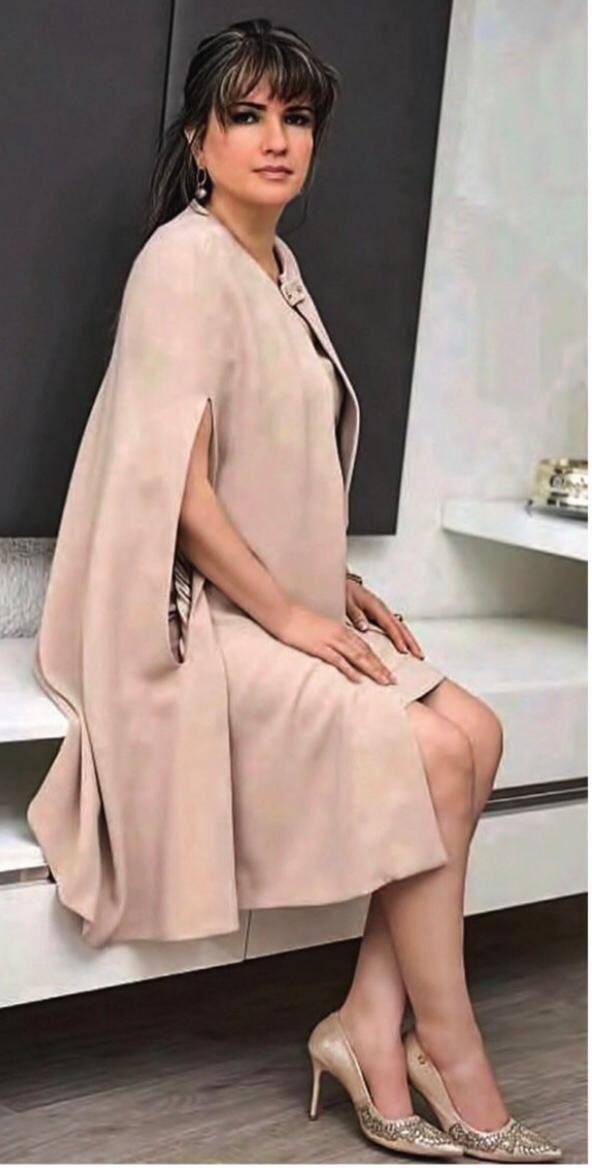 Elegante Dalia. Se atribuye una fortuna, le gusta las ropas caras, la gastronomía exquisita y auto de marca.