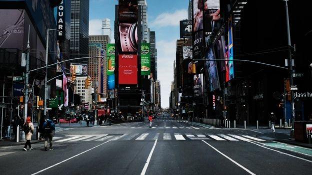 Imagen de una calle casi desierta de Manhattan publicada por la BBC