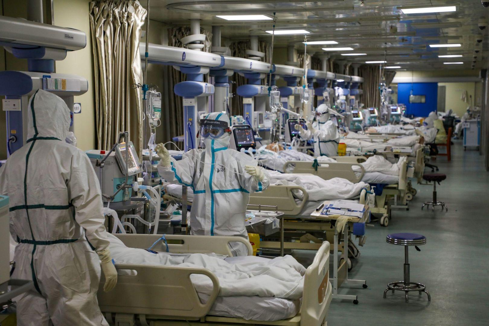 Pese a que las vacunas ya son una realidad en varios países del mundo, los hospitales igual se abarrotan.