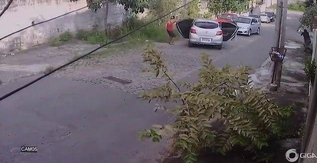 La situación quedó grabada por las cámaras de seguridad. El grupo de delincuentes salió huyendo ante el sonido de disparos.
