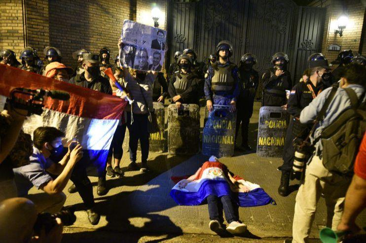 """Manifestantes presionan a Cartes para que libere votos de """"Honor Colorado""""."""