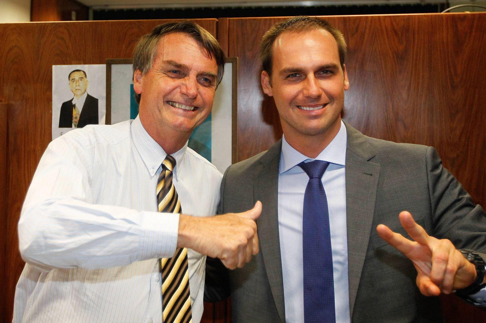 El hijo del presidente brasileño sigue la tendencia familiar de ir contra las medidas sanitarias.