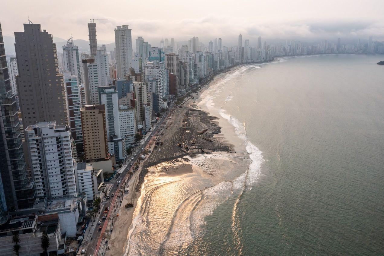 La playa central ganará hasta 100 metros gracias al trabajo de dragado.
